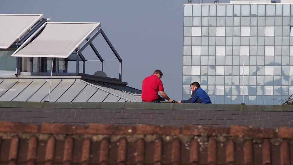 roofers-evaluate-damage